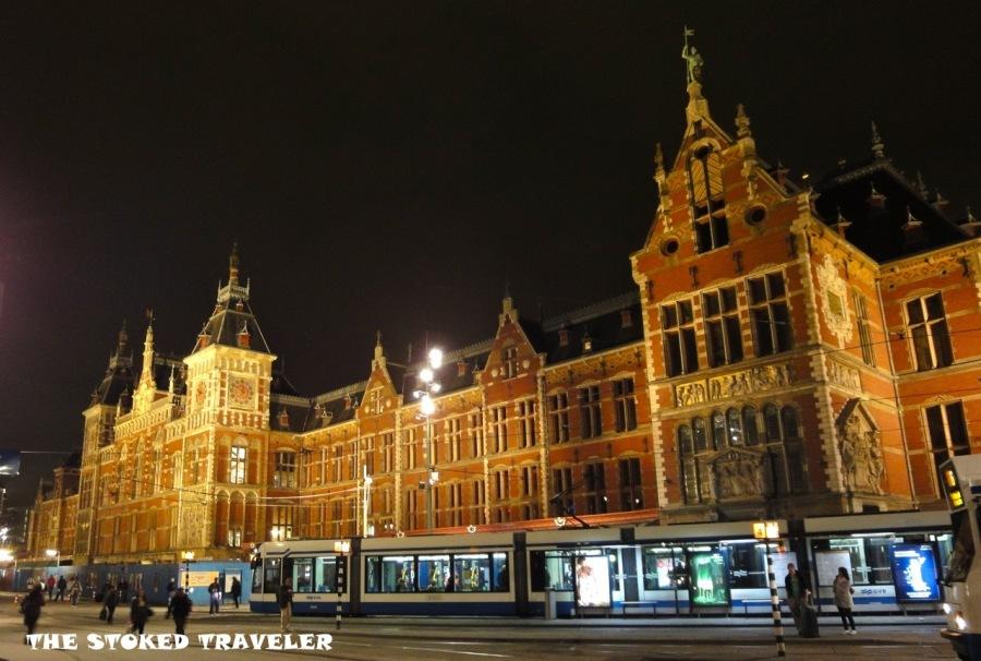 Centraal_Station_(Stationsplein,_Amsterdam).jpg